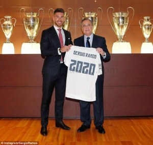 2B7030AD00000578-3200681-Ramos_posed_with_president_Florentino_Perez_a_shirt_with_2020_on-m-26_1439819812563